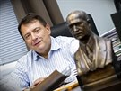 Bývalý premiér Jiří Paroubek má v kanceláři bustu bývalého československého prezidenta Edvarda Beneše, kterého obdivuje. (7. listopadu 2014)