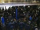 Policejní těžkooděnci zamezili střetu radikálních příznivců Sparty Praha a Slovanu Bratislava (6. listopadu 2014).