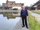 Majitel zkrachovalé chemičky Ostramo Vlček Vítězslav Vlček v poničeném areálu v roce 2002.