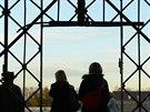 Z brány v bývalém koncentračním táboře v Dachau zmizely dveře s nápisem Arbeit...