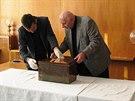 Při průzkumu budovy Ústavního soudu našli experti 135 let starou měděnou schránku s obsahem.