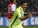 Lionel Messi z Barcelony právě vyrovnal rekord v počtu gólů v Lize mistrů, na hřišti Ajaxu se běží podělit o radost s Pedrem, který mu přihrál.