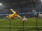 Joe Hart, brankář Manchesteru City, nedosál na střelu Seydou Doumbii z CSKA Moskva v utkání Ligy mistrů.
