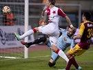 Slávistický útočník Milan Škoda střílí gól Dukle, pod který se podepsal hrubkou brankář Filip Rada, jenž neudržel lehký centr.