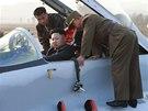 Kim Čong-un po operaci cysty v kotníku opět vyrazil na jednu ze svých pravidelných inspekcí. Tentokrát dohlížel na cvičení stíhacího letectva, posadil se i do jednoho ze strojů. (30. října 2014)
