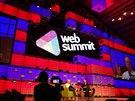 Hlavní pódium konference Web Summit 2014 na dublinském výstavišti RDS hraje všemi barvami.