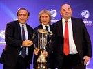 S POH�REM. Prezident UEFA Michel Platini, b�val� fotbalista Pavel Nedv�d a ��f �esk� asociace Miroslav Pelta p�zuj� s poh�rem pro mistra Evropy do 21 let.