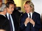 UVOLN�N� ATMOSF�RA. Pavel Nedv�d byl p�ed losem mistrovstv� Evropy do 21 let v pohod� a s �sm�vem se bavil s prezidentem UEFA Michelem Platinim.