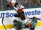 William Karlsson (v bílém) z Anaheimu padá přes dallaského útočníka Aleše...