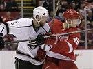 Andrej Nestrašil (vpravo) z Detroitu v souboji s   Jakem Muzzinem z Los...
