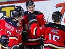 Ladislav Šmíd (vpravo) z Calgary se raduje se spoluhráči z Calgary z gólu v...
