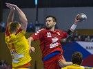 Český házenkář Petr Linhart.se chystá k zakončení v zápase s Makedonií.