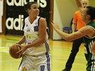 Strakonická basketbalistka Edita Šujanová (vpravo) se snaží prosadit přes Amber...
