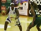 Strakonická basketbalistka Tramiya Berryová (vlevo) v akci.