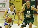 Irena Vrančičová (vlevo) ze Strakonic uniká Beátě Adamcové z Valosunu Brno.