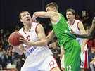 Nymburský basketbalista Pavel Houška (vlevo) se snaží prosadit přes Vadima...