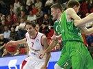 Nymburský basketbalista Vojtěch Hruban se snaží projít obranou Kazaně.
