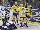 Hokejisté Zlína se radují z gólu v zápase s Vítkovicemi.