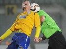 Varnsdorfský Pavlo Rudnystkyy (vlevo) v souboji s jedním z hráčů Mostu.