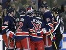 Hokejisté New York Rangers slaví výhru nad Detroitem.