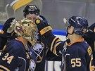 Hokejisté Buffala se po prohře shlukli kolem brankáře Michala Neuvirtha.