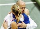 Petra Kvitová porazlla ve finále Fed Cupu německou dvojku Andreu Petkovicovou, blahopřeje jí český kapitán Petr Pála.