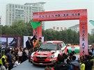 Jan Kopecký je oslavován coby vítěz Čínské rallye.