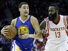 Klay Thompson (vlevo) z Golden State obch�z� Jamese Hardena z Houstonu.