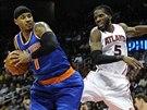 Carmelo Anthony (vlevo) z New Yorku v souboji s DeMarrem Carrollem z Atlanty.