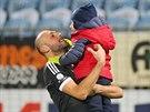 Roman Lengyel z Českých Budějovic se raduje se synem Alexem.