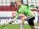 Michal Reichl, brankář fotbalové Olomouce, rozehrává.