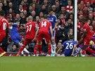 Gary Cahill z Chelsea (druhý zleva) střílí branku proti Liverpoolu.
