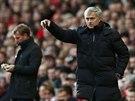 HRAJTE TO TAKHLE. Kouč Chelsea José Mourinho řídí hru svých svěřenců.