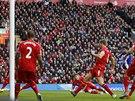 Diego Costa z Chelsea (zcela vpravo v modrém) přesně pálí do sítě Liverpoolu ve šlágru Premier League.