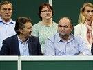 FOTBALOV� VEDEN� NA TENISE. Fin�le Fed Cupu p�ihl�el i p�edseda FA�R Miroslav Pelta (vpravo) i jej� m�stop�edseda Roman Berbr.
