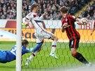 Thomas Müller (uprostřed) z Bayernu Mnichov dává gól proti Frankfurtu.