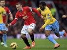 Útočník Manchesteru United Wayne Rooney se probíjí dopředu v utkání proti Crystal Palace.