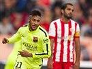 Neymar (vlevo) z Barcelony b�� se spoluhr��i slavit svou trefu.