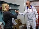 Tenisová legenda Martina Navrátilová (vlevo) se zdraví s kapitánem Petrem Pálou na finále Fed Cupu.