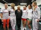 Tenisová legenda Martina Navrátilová (v černém) v obležení českých hráček na finále Fed Cupu.