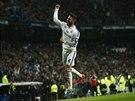 Sergio Ramos z Realu Madrid triumfálně oslavuje svůj gól.