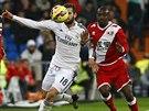 Nacho Fernández z Realu Madrid (vlevo) a Mohammed Fatau z Vallecana v souboji o balón