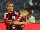 MOJE CHVÍLE. Stephan El Shaarawy z AC Milán (vpravo) se raduje z gólu proti Sampdorii Janov, blahopřeje mu  Keisuke Honda.