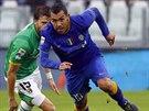 Carlos Tévez z Juventusu Turín (vpravo) uniká Andreovi Costovi z Parmy.