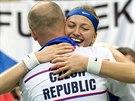 VÍTĚZNÉ OBJETÍ. Petra Kvitová se objímá s trenérem Petrem Pálou a slaví zisk Fed Cupu.