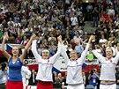 DĚKOVAČKA. Český fedcupový tým slaví s fanoušky v pražské O2 areně.