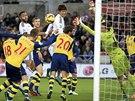 Gólman Arsenalu Wojciech Szczesny (v zeleném) v akci proti Swansea