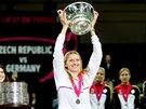 Petra Kvitová pózuje se stříbrným pohárem pro vítězky Fed Cupu
