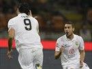 Luca Toni (vlevo) z Hellasu Verona běží slavit svůj gól proti Interu Milán.