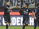 POJĎ SI PLÁCNOUT. Mauro Icardi (vlevo) a Yuto Nagatomo z Interu Milán slaví gól.